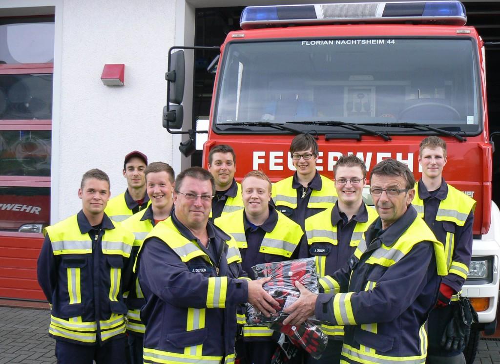 Wehrführer Robert Dedenbach und Jürgen Deisen freuen sich der Jugend der Feuerwehr die neuen Handschuhe zu übergeben