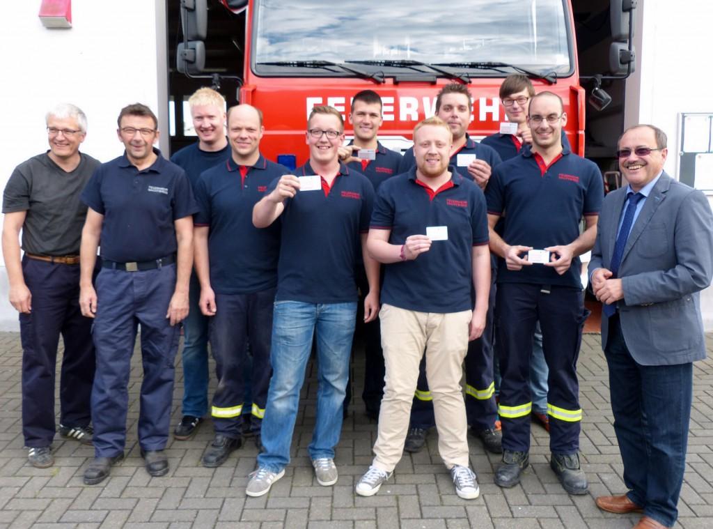 Bürgermeister Gerd Heilmann händigte die ersten Ehrenamtskarten an sieben  Feuerwehrkameraden aus der Freiwilligen Feuerwehr Nachtsheim aus.