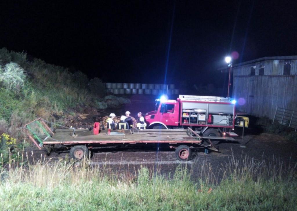 Mit der Seilwinde am Rüstwagen der Feuerwehr Virnebrug wird der Pkw gesichert (das Seil ist schwer zu erkennen)