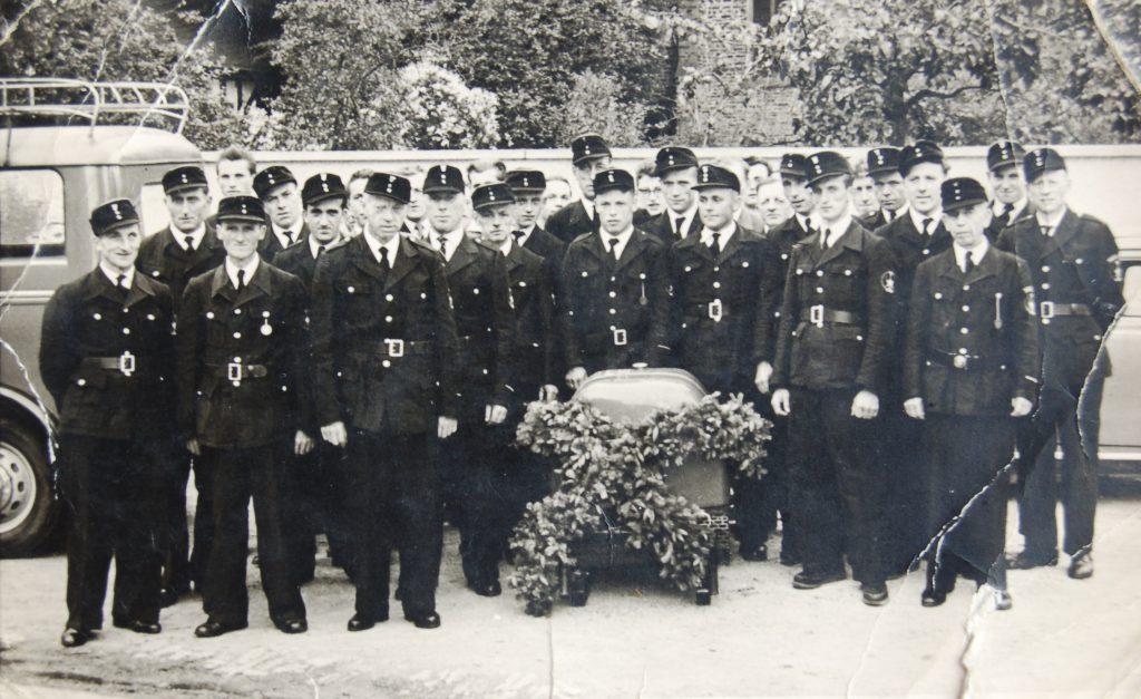 Gruppenfoto mit der Tragkraftspritze (Jahr: 19??)
